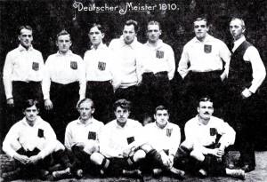 Die Mannschaft des Karlsruher FV 1910. Rechts unser zukünftiger Trainer William Townley.