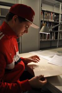 Felix beim stöbern in der Bib im Museum.